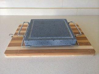 Piedra Volcanica 19x19x3 para asar carne con asas y soporte de madera