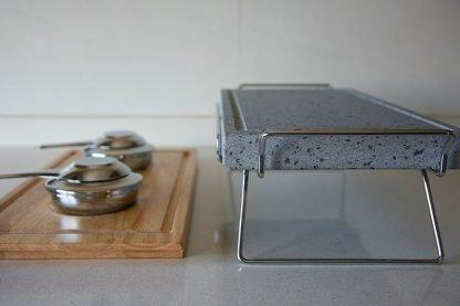 Piedra para asar Volcanica de 37x19x3cm con base de madera, soporte y quemadores