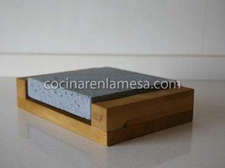 Piedra Volcánica para cocinar 20x20x3 con base de madera